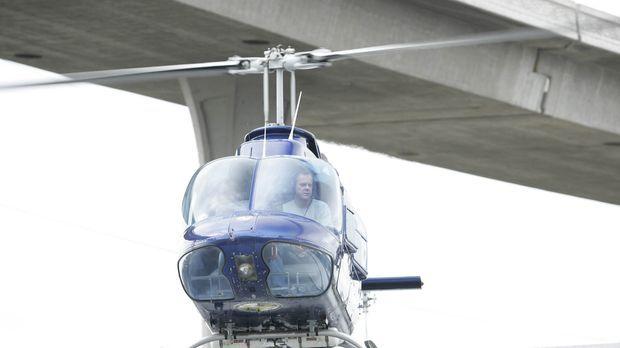 Vom Helikopter aus kann Jack (Kiefer Sutherland) den flüchtigen Geschäftsmann...