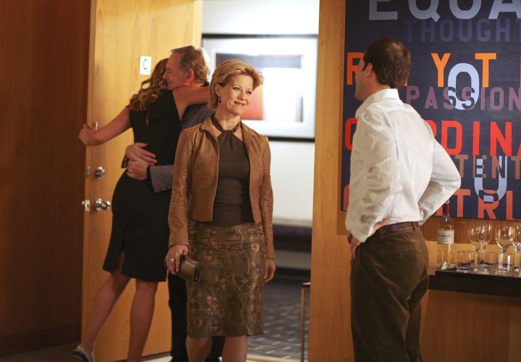 Eine nicht ganz perfekte Familienidylle: Eli (Jonny Lee Miller, r.) begrüßt die Eltern (Victor Garber, 2.v.l. und Barbara Niven, 2.v.r.) seiner Verl... - Bildquelle: Disney - ABC International Television