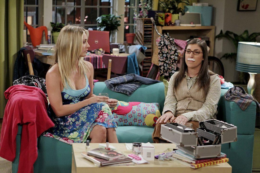Bereiten sich auf ihre Dates vor: Penny (Kaley Cuoco, l.) und Amy (Mayim Bialik, r.) ... - Bildquelle: Warner Bros. Television
