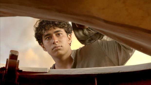 Mit letzter Kraft kann sich Pi (Suraj Sharma) in ein kleines Rettungsboot hie...