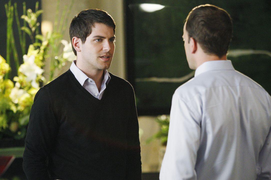 In einer Vision sieht Eli (Jonny Lee Miller, r.), dass Scott (David Giuntoli, l.) seiner Verlobten untreu ist. Soll er versuchen, die bevorstehende... - Bildquelle: Disney - ABC International Television