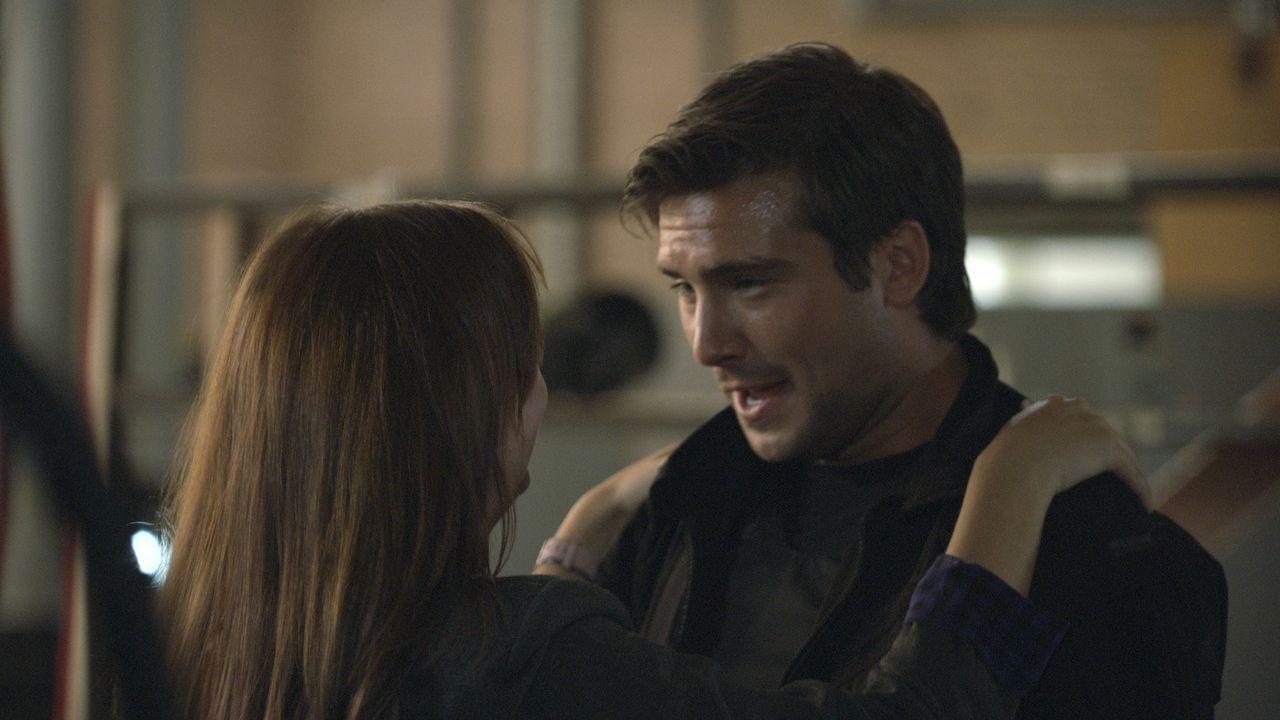 Becker (Ben Mansfield, r.) findet Ethans Versteck und stolpert dabei jedoch in eine Falle. Jess (Ruth Kearney, l.) kann ihn in letzter Sekunde noch... - Bildquelle: ITV Plc