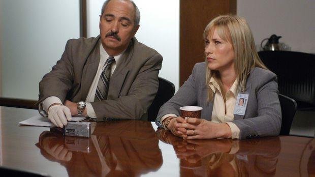 Bereiten sich auf das Verhör eines Verdächtigen vor: Allison (Patricia Arquet...