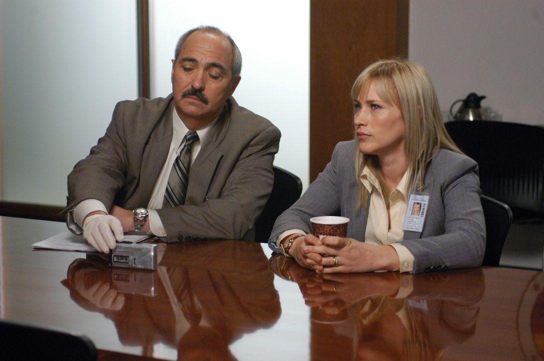 Bereiten sich auf das Verhör eines Verdächtigen vor: Allison (Patricia Arquette, r.) und Devalos (Miguel Sandoval, l.) - Bildquelle: Paramount Network Television