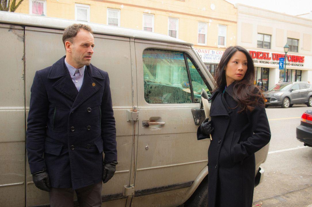 Holmes (Jonny Lee Miller, l.) und Watson (Lucy Liu, r.) sind misstrauisch, als Lin Wen, eine ehemalige Bekannte von Holmes Bruder Mycroft, bei ihnen... - Bildquelle: Jeff Neira 2016 CBS Broadcasting Inc. All Rights Reserved.