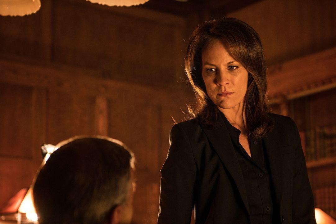 Was weiß Special Agent Monica Reyes (Annabeth Gish) wirklich über die Machenschaften des rauchenden Mannes? - Bildquelle: 2016 Fox and its related entities.  All rights reserved.