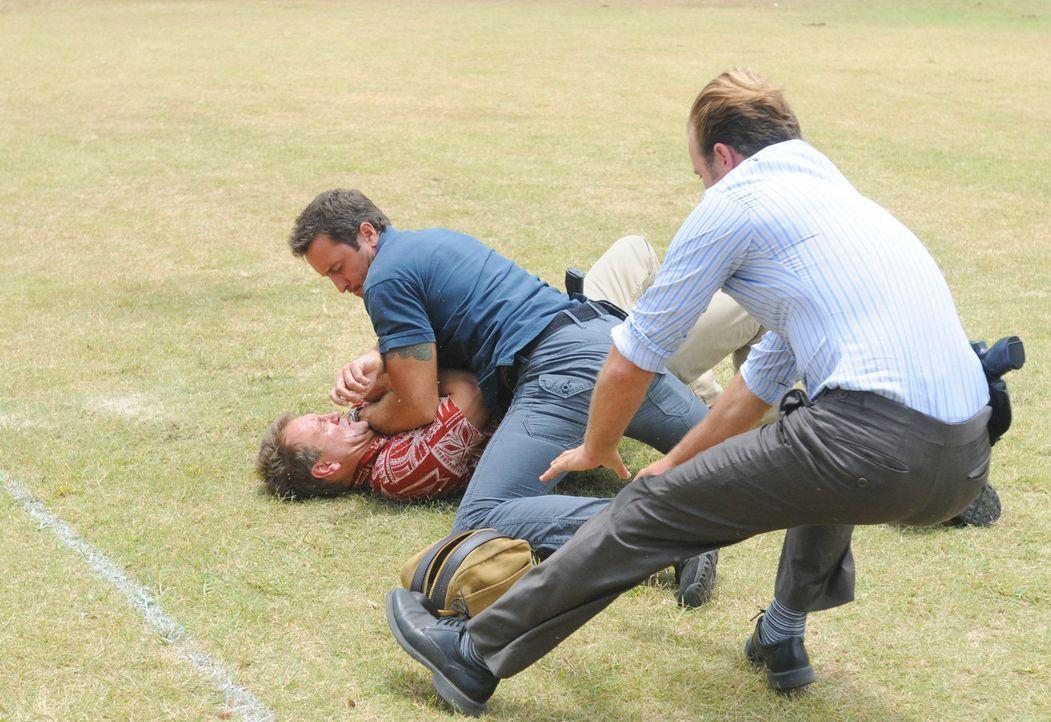 Haben Steve (Alex O'Loughlin, M.) und Danny (Scott Caan, r.) in Al Reingold (Kevin Carter, l.), den Mörder von Billy, einem jungen Polospieler, gef... - Bildquelle: 2012 CBS Broadcasting, Inc. All Rights Reserved.