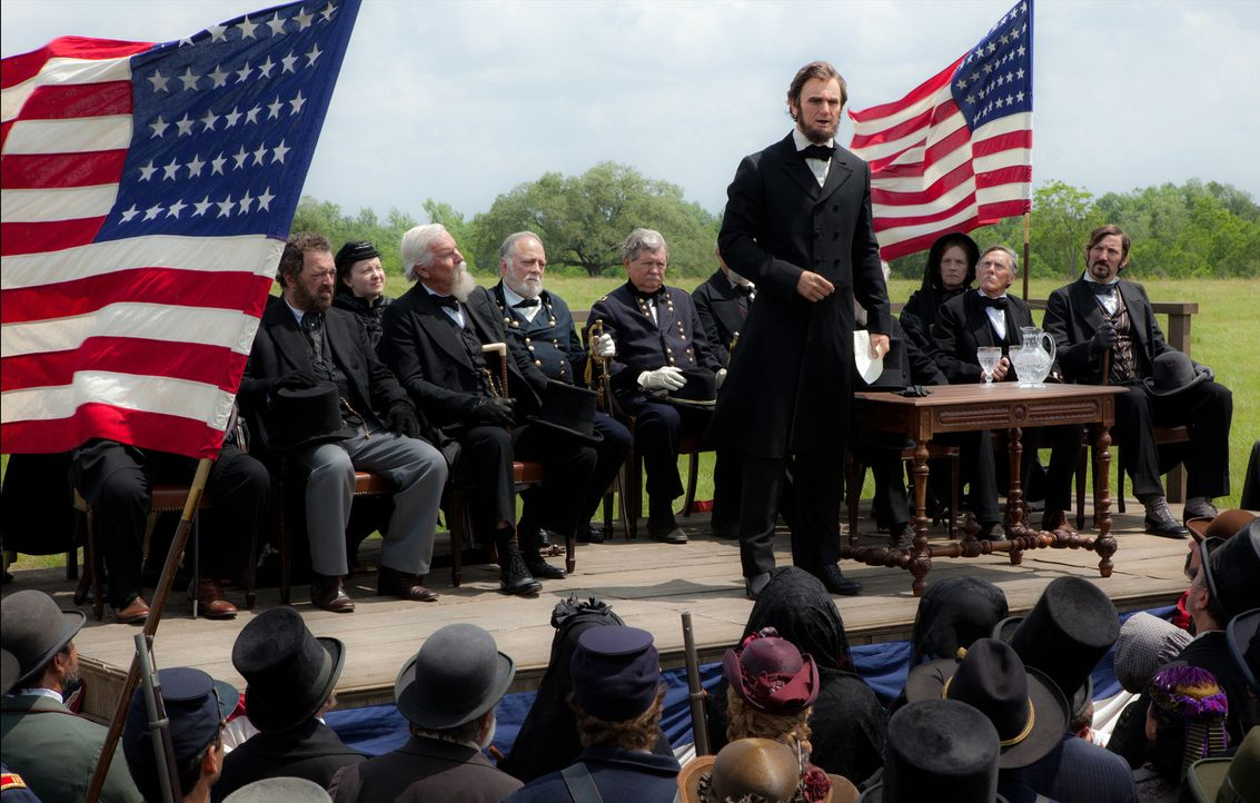 Abraham Lincoln (Benjamin Walker, stehend) war der 16. Präsident der Vereinigten Staaten, Befreier der Sklaven, Vereiniger der Union und Amerikas gr... - Bildquelle: Stephen Vaughan 2012 Twentieth Century Fox Film Corporation. All rights reserved.