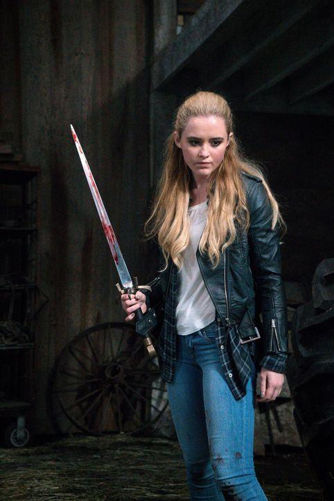 Claire (Kathryn Newton) hat nie aufgegeben, nach ihrer Mutter zu suchen, doch als sie sie endlich aufspürt, wartet ein erbitterter Kampf auf sie ... - Bildquelle: 2016 Warner Brothers
