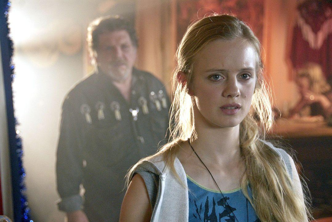 Violas (Anne Kanis, r.) Vater Udo Kettner (Heinz Werner Kraehkamp, l.) möchte nicht, dass sie sich mit dem Zauberer trifft ... - Bildquelle: Walter Wehner Sat.1