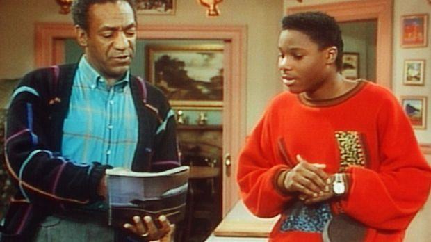 Theo (Malcolm-Jamal Warner, r.) zeigt seinem Vater Cliff (Bill Cosby, l.), we...