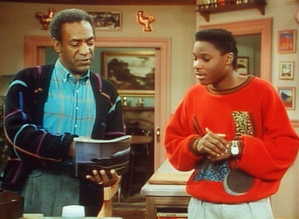 Theo (Malcolm-Jamal Warner, r.) zeigt seinem Vater Cliff (Bill Cosby, l.), welches Auto er sich gern anschaffen würde. - Bildquelle: Viacom