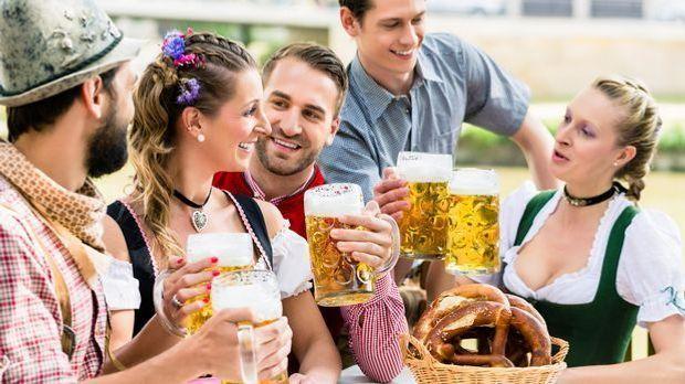 bier-masskruege-dirndl-trachten
