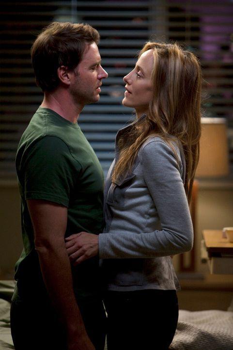 Nach einem schwierigen Arbeitstag, sucht Teddy (Kim Raver, r.) Trost bei Henry (Scott Foley, l.). Doch werden sie wirklich zusammenfinden? - Bildquelle: ABC Studios