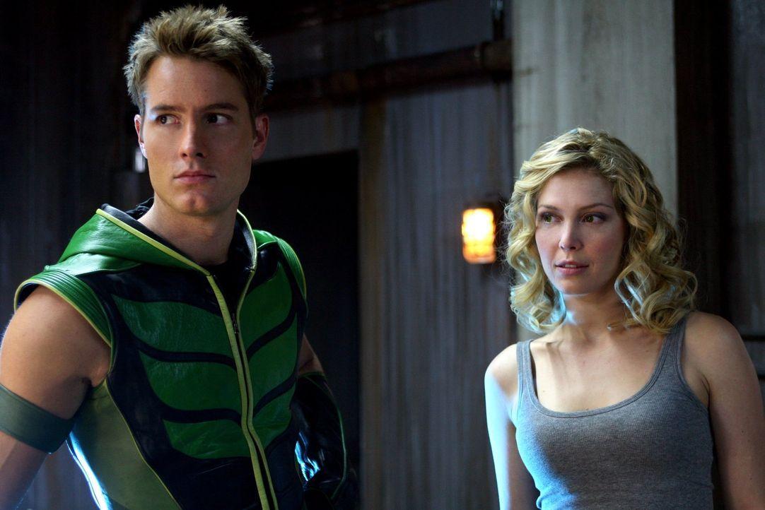 Wer von beiden hat, was Chloe und die Flashbacks an ihren Verrat angeht, recht: Oliver (Justin Hartley, l.) oder Dinah (Alaina Huffman, r.)? - Bildquelle: Warner Bros.