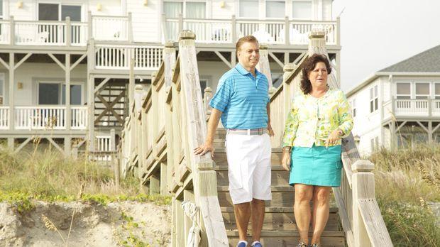 Finden John (l.) und Laura (r.) ein passendes Strandhaus, das sie sich auch l...