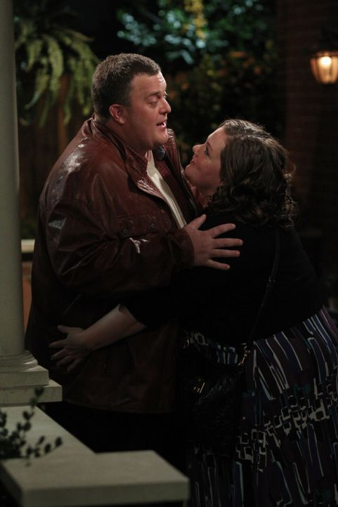 Haben die beiden eine Chance? Mike (Billy Gardell, l.) und Molly (Melissa McCarthy, r.) ... - Bildquelle: 2010 CBS Broadcasting Inc. All Rights Reserved.