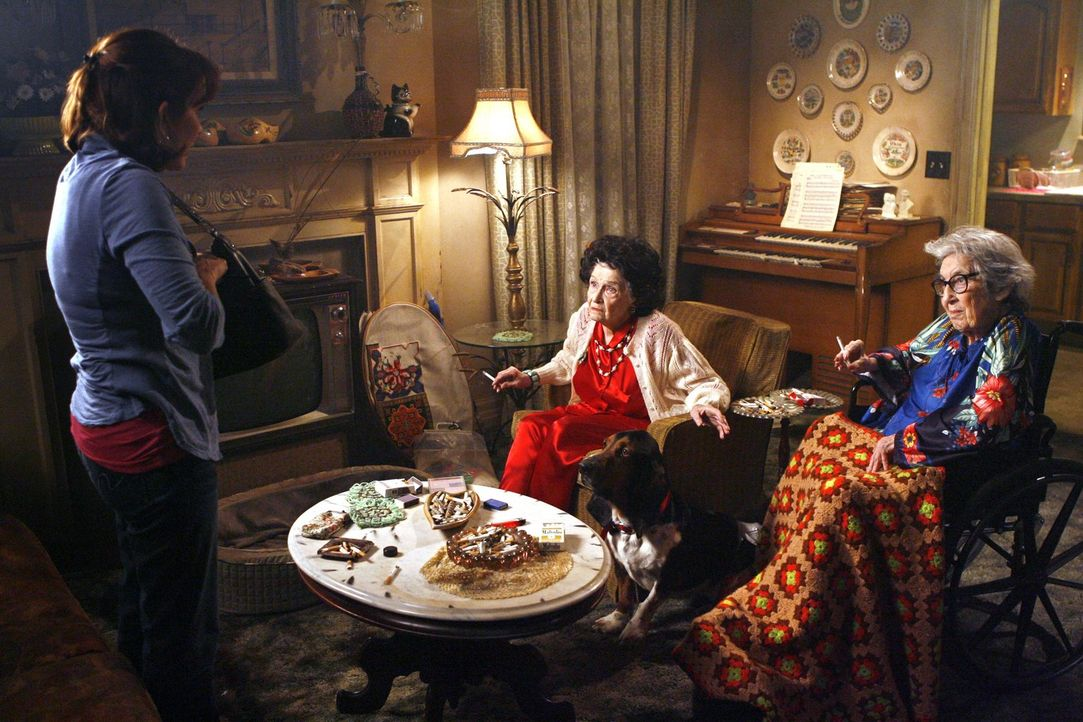 Frankie (Patricia Heaton, l.) möchte mit ihrem Ehemann Mike zu ihrem alljährlichen romantischen Date - doch dies scheint zu scheitern. Können ihre T... - Bildquelle: Warner Brothers