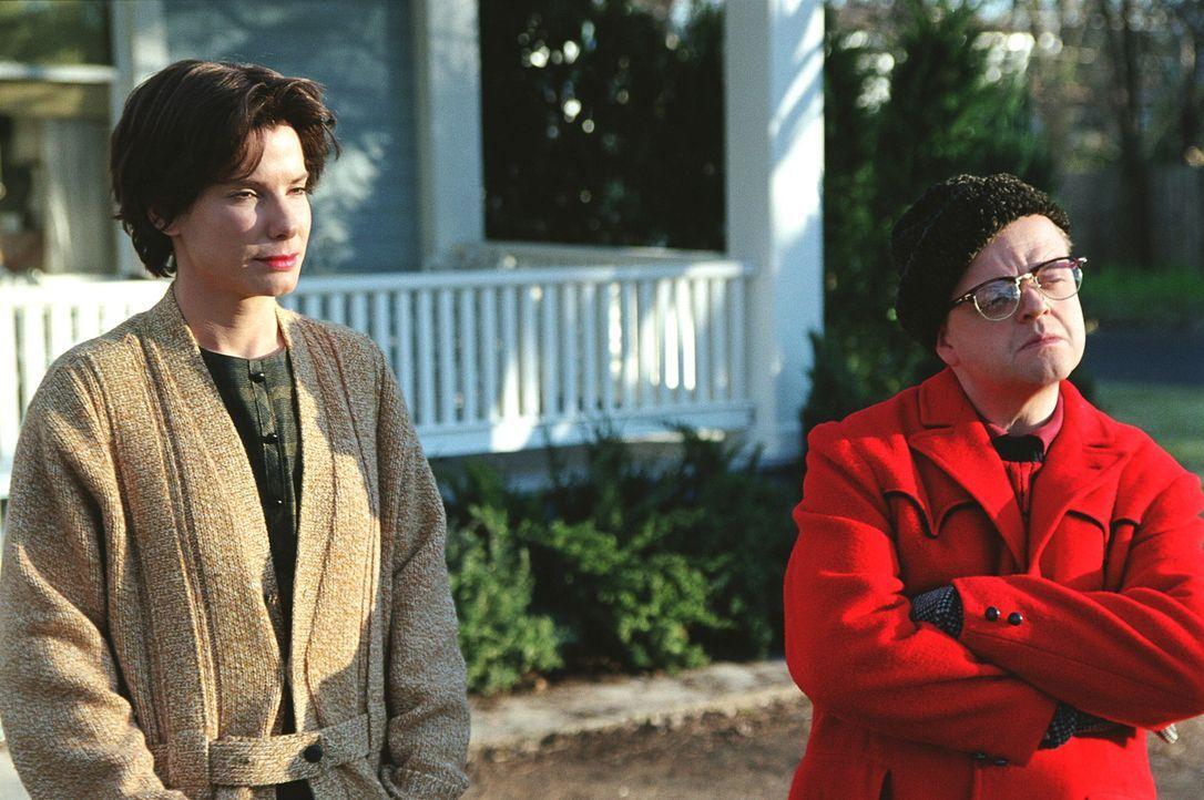 Truman Capote (Toby Jones, r.) reist gemeinsam mit seiner Freundin Nelle Harper Lee (Sandra Bullock, l.) nach Kansas, um dort über den kaltblütigen... - Bildquelle: Warner Brothers International Television Distribution Inc.
