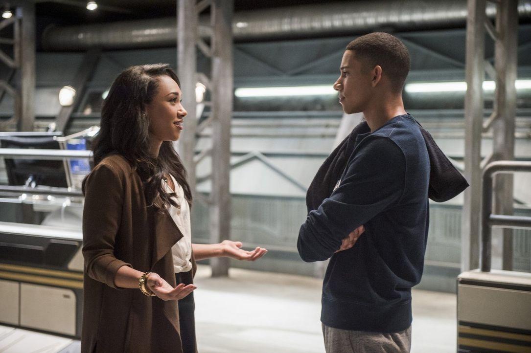 Iris (Candice Patton, l.) bittet Wally (Keiynan Lonsdale, r.) um Unterstützung, als sowohl Barry als auch Joe sie davon abhalten wollen, für einen A... - Bildquelle: 2016 Warner Bros.