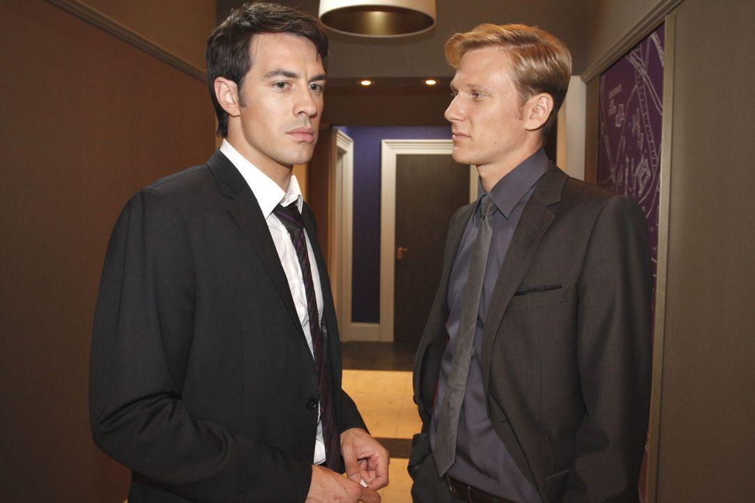 Mark (Arne Stephan, l.) hält Philip (Philipp Romann, r.) vor, was er getan hat und schmeißt ihn raus ... - Bildquelle: SAT.1