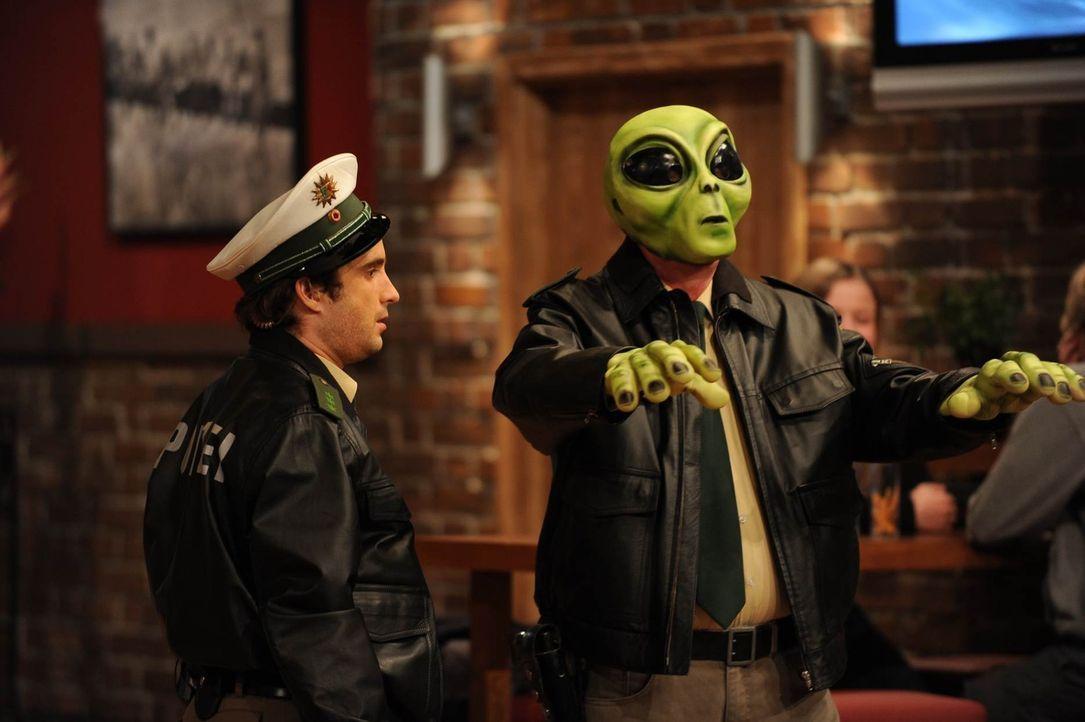 Die Polizei, dein Freund und Helfer: Oliver Wnuk (l.) und Mike Krüger (r.) ... - Bildquelle: Willi Weber SAT.1