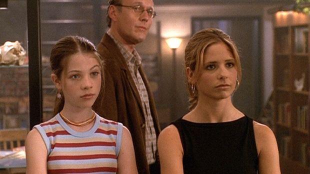 Buffy (Sarah Michelle Gellar, r.), Dawn (Michelle Trachtenberg, l.) und Giles...