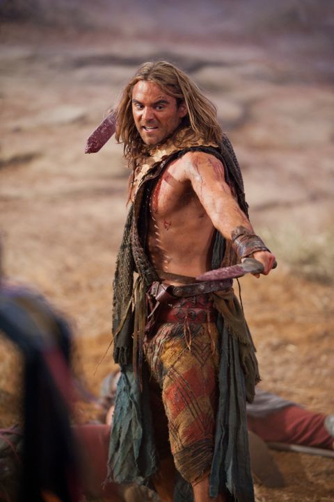 Von Glaber zu einer Entscheidung gedrängt, für oder gegen Spartacus, entführt Gannicus (Dustin Clare) die Frau des Praetors in einer Nacht- und N... - Bildquelle: 2011 Starz Entertainment, LLC. All rights reserved.