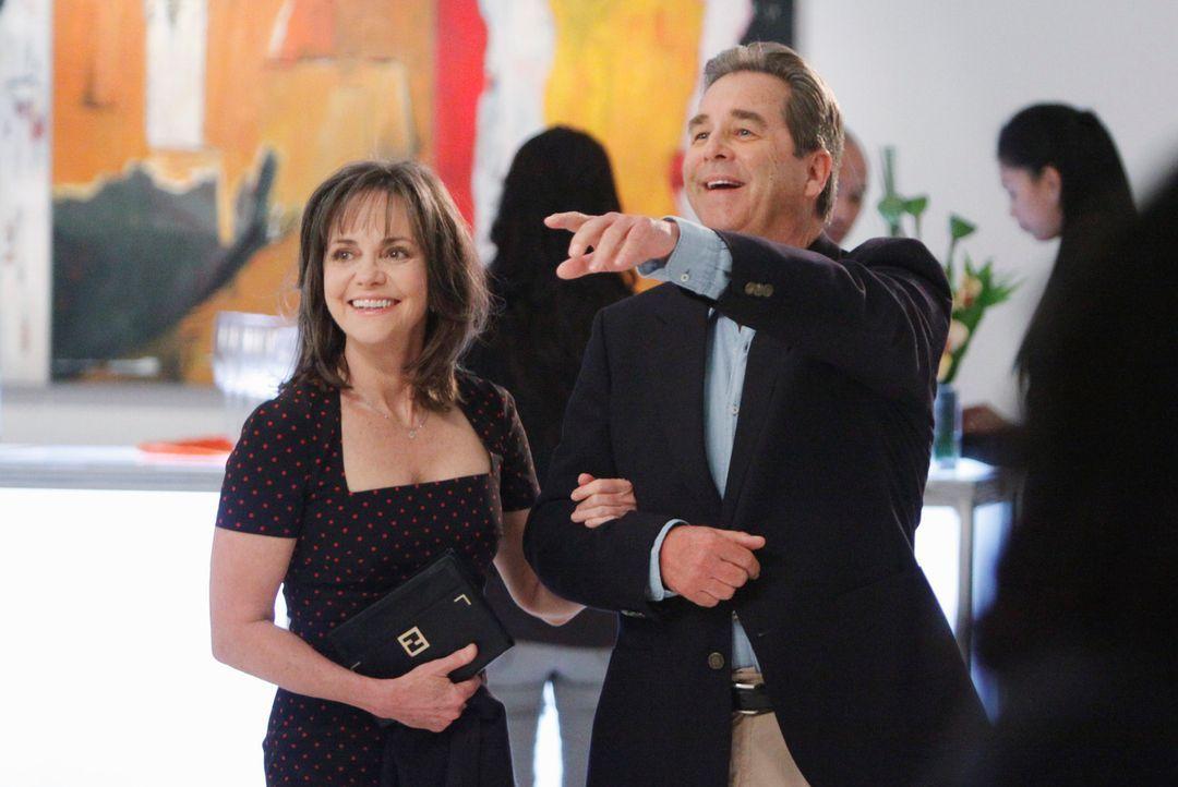 Nachdem Brody (Beau Bridges, r.) ein Jobangebot aus Fresno bekommen hat, muss sich Nora (Sally Field, l.) zwischen ihm und ihren Kindern entscheiden... - Bildquelle: 2011 American Broadcasting Companies, Inc. All rights reserved.