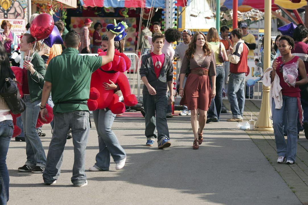 Josh (Jean-Luc Bilodeau, M.l.) und Lori (April Matson, M.r.) gehen mit Kyle auf den Rummel. Dort erwartet sie ein Schock ... - Bildquelle: TOUCHSTONE TELEVISION
