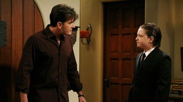 Jake (Angus T. Jones, r.) hat sich in Milly, die Tochter von Jess verliebt un...