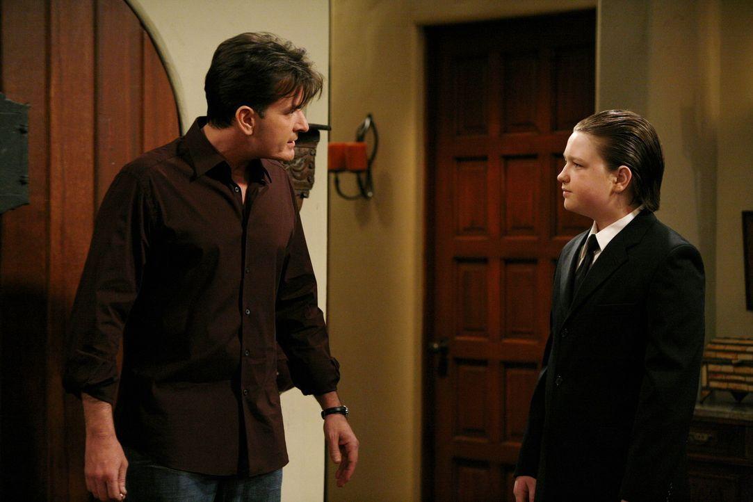Jake (Angus T. Jones, r.) hat sich in Milly, die Tochter von Jess verliebt und bittet Charlie (Charlie Sheen, l.), ein gemeinsames Essen zu arrangie... - Bildquelle: Warner Brothers Entertainment Inc.