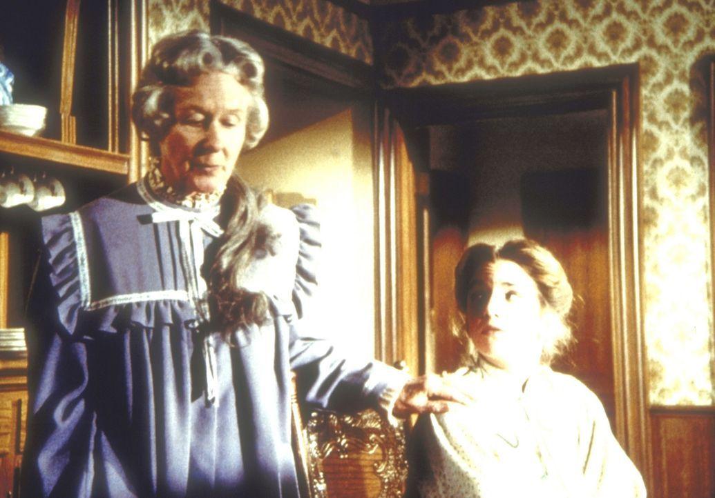 Die alleinstehende, alte Dame, Mrs. Flannery (Barbara Townsend, l.) teilt Laura Ingalls-Wilder (Melissa Gilbert, r.) mit, dass sie ihr großes Haus... - Bildquelle: Worldvision