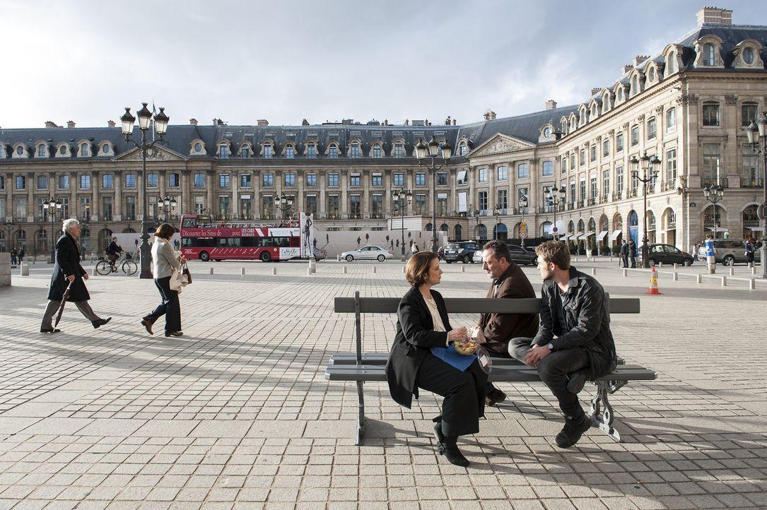 An den schönsten Orten in Paris dürfen Bayard (Tom Austen, r.) und Jo St-Clair (Jean Reno, 2.v.r.) ermitteln. Immer neue Mordfälle beschäftigen... - Bildquelle: Stéphanie Dupont Atlantique Productions