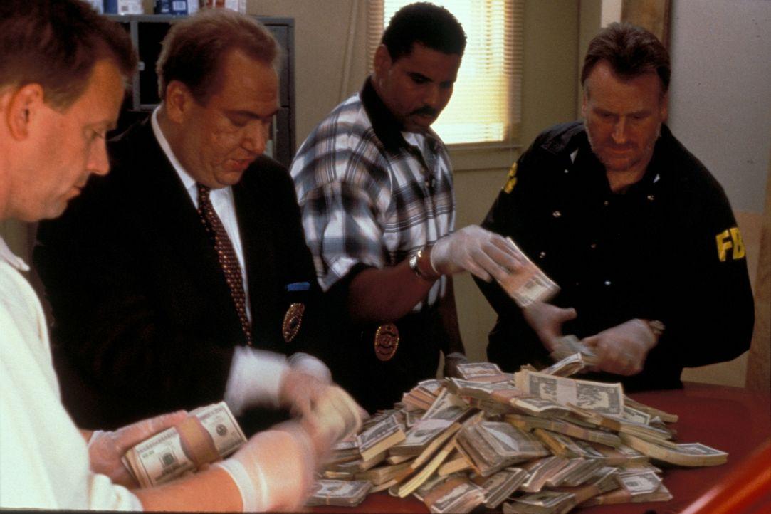 Im November 1994 verschwindet ein gepanzerter Werttransporter von Wells Fargo vor einem Einkaufszentrum in Glendale, Arizona - mit einer Ladung von... - Bildquelle: New Dominion Pictures, LLC