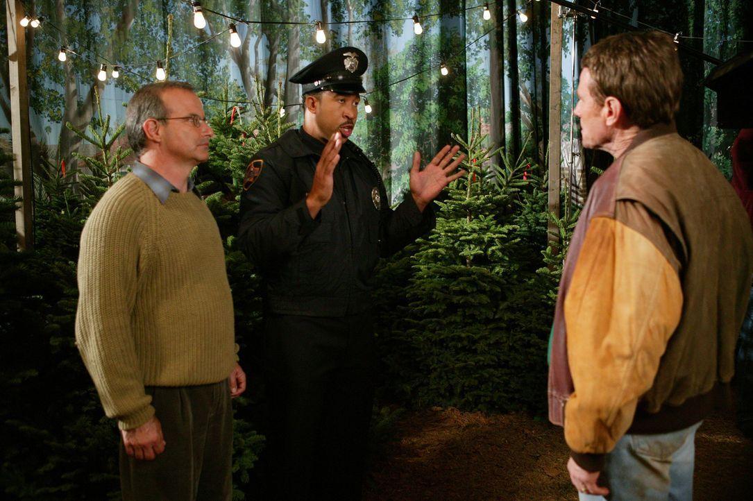 Hal (Bryan Cranston, r.) bekommt es mit der Polizei zu tun ... - Bildquelle: TM +   2000 Twentieth Century Fox Film Corporation. All Rights Reserved.