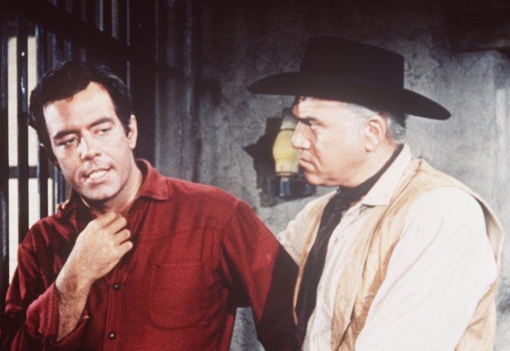 Ben Cartwright (Lorne Greene, r.) versucht zu beweisen, dass sein Sohn Adam (Pernell Roberts, l.) zu Unrecht wegen Mordes im Gefängnis sitzt ... - Bildquelle: Paramount Pictures