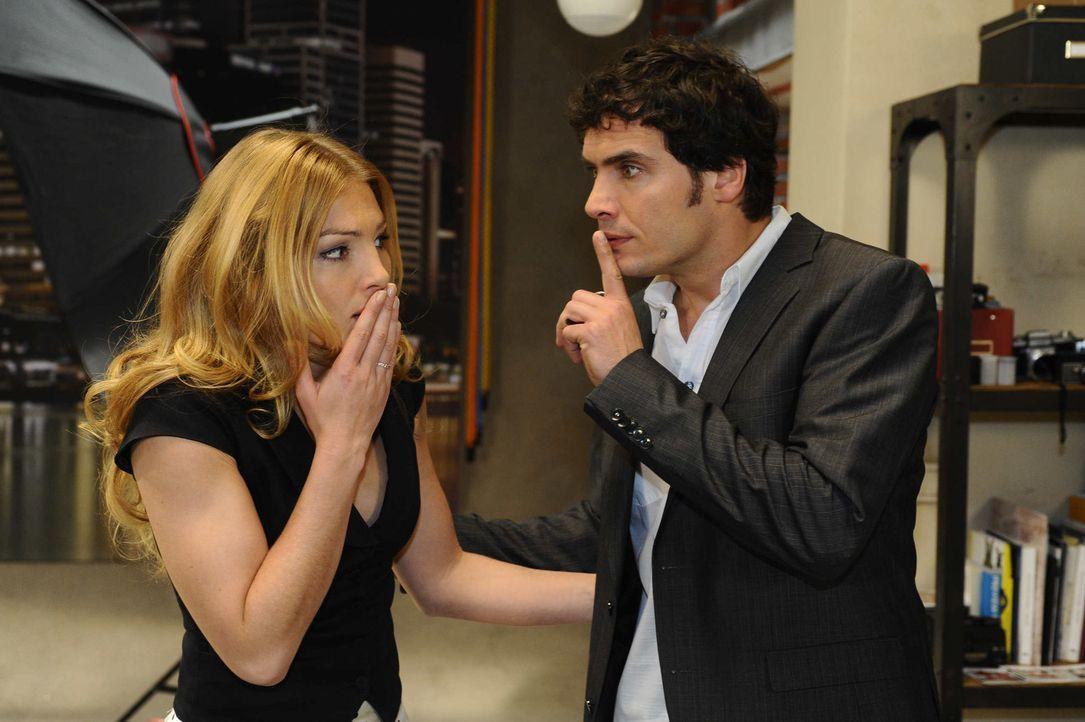 Annett (Tanja Wenzel, l.) spielt sich vor Alexander (Paul Grasshoff, r.) als Retterin auf ... - Bildquelle: SAT.1
