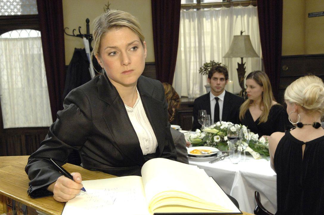 Anna (Jeanette Biedermann) entdeckt, dass sie und Jonas unabhängig voneinander das gleiche Sprichwort in das Kondolenzbuch geschrieben haben ... - Bildquelle: Claudius Pflug Sat.1