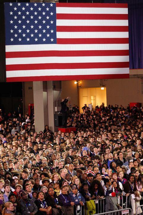 Tausende Befürworter der Demokraten drückten Barack Obama im McCormick Place in Chicago, Illinois, die Daumen.  - Bildquelle: dpa - Bildfunk +++ Verwendung nur in Deutschland