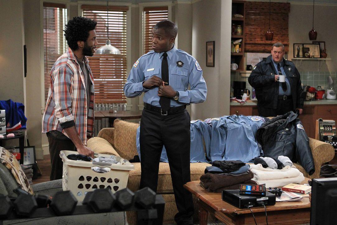 Während Mike (Billy Gardell, r.) den Keller für sich und Molly umbaut, lädt Carl (Reno Wilson, M.) Samuel (Nyambi Nyambi, l.) dazu ein, bei ihm z... - Bildquelle: Warner Brothers
