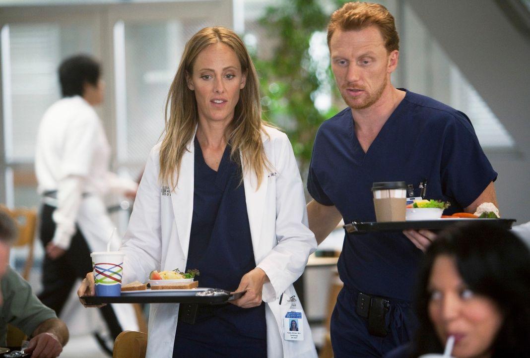 Während Owen (Kevin McKidd, r.) Dr. Teddy Altman (Kim Raver, l.) für die Kardiologie rekrutiert, taucht völlig unerwartet Izzie wieder im Krankenhau... - Bildquelle: Touchstone Television