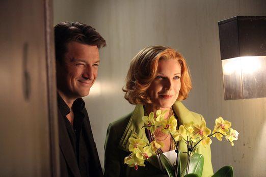 Castle - Richard (Nathan Fillion, l.) und seine Mutter (Susan Sullivan, r.) b...