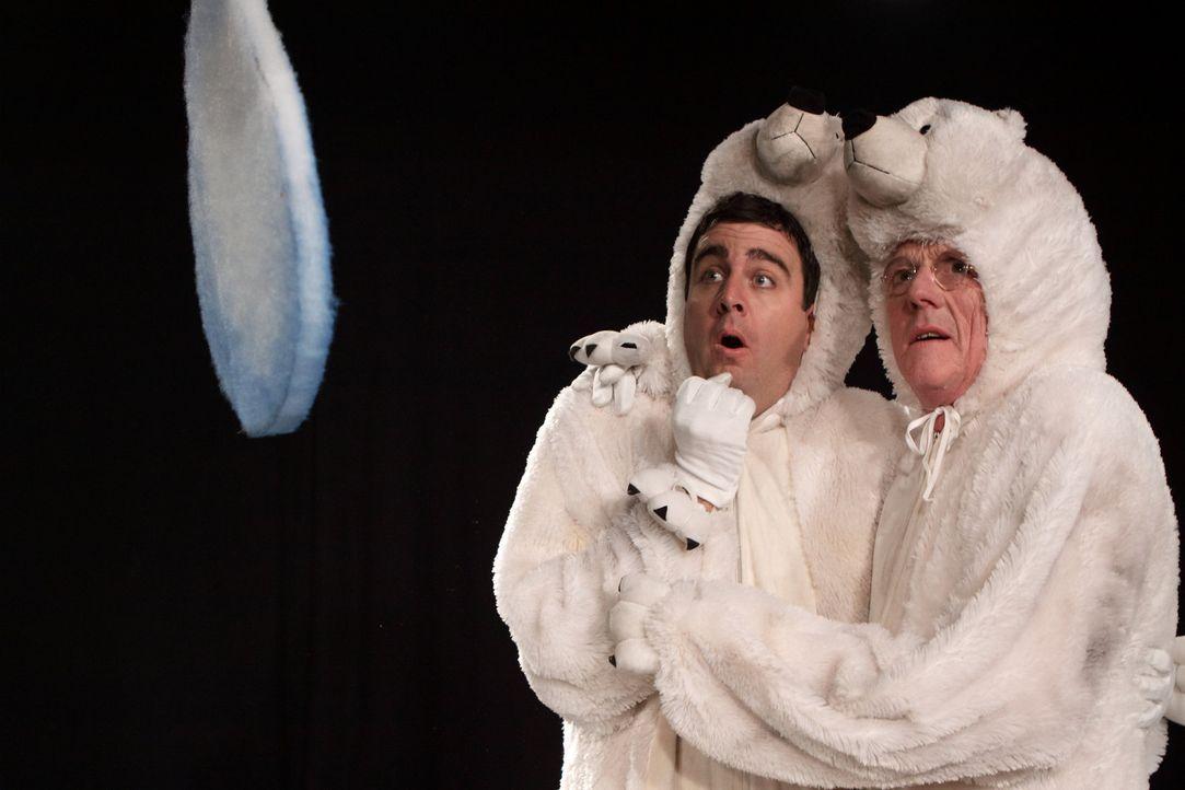 Zeigen ihre beeindruckende Eisbären-Pantomime: Bastian (Bastian Pastewka, l.) und Jos (Freek de Jonge, r.) ... - Bildquelle: SAT.1
