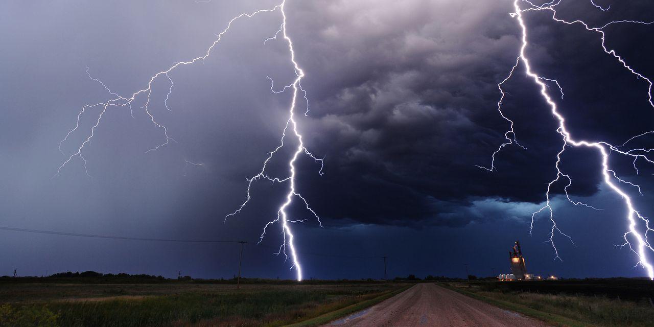 Die Tornado Hunter jagen den spektakulären Unwettern hinterher und begeben sich sogar in Lebensgefahr ...
