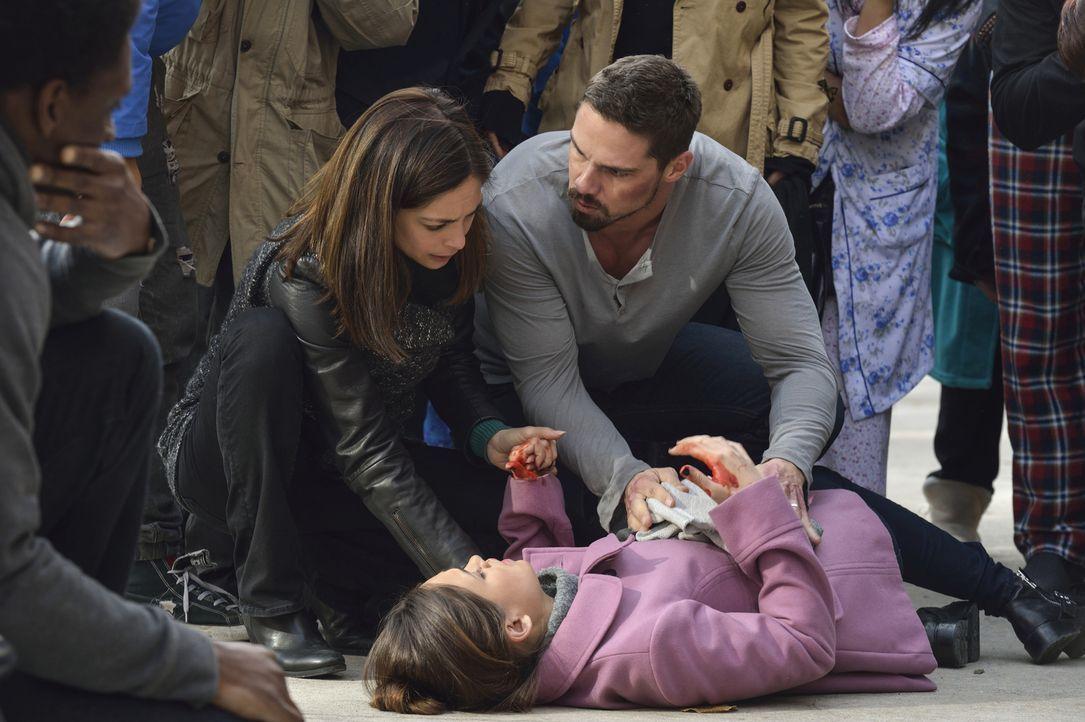 Nachdem Heather (Nicole Gale Anderson, liegend) von einem totgeglaubten Feind angeschossen wurde, bangen Cat (Kristin Kreuk, l.) und Vincent (Jay Ry... - Bildquelle: Ben Mark Holzberg 2016 The CW Network. All Rights Reserved.