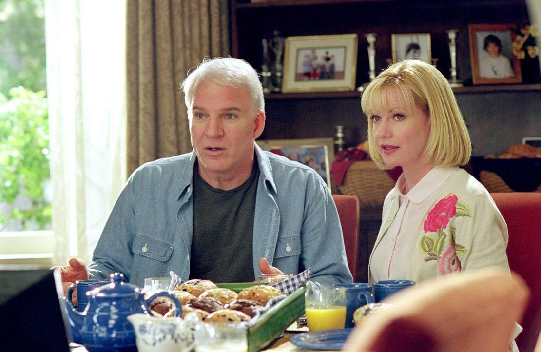Der nervenstarke Vater Tom (Steve Martin, l.) leistet mit seiner Frau Kate (Bonnie Hunt, r.) einen Fulltimejob in Sachen Erziehung ... - Bildquelle: 2003 Twentieth Century Fox Film Corporation. All rights reserved.