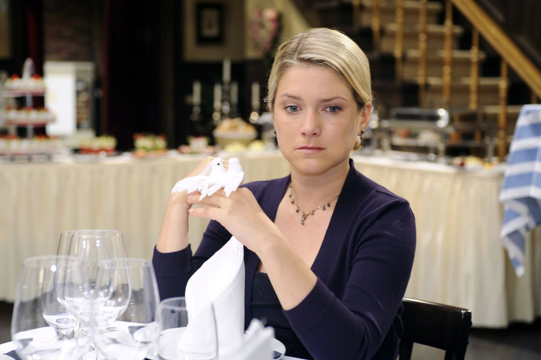 Anna (Jeanette Biedermann) glaubt Jonas für immer verloren zu haben ... - Bildquelle: Oliver Ziebe Sat.1