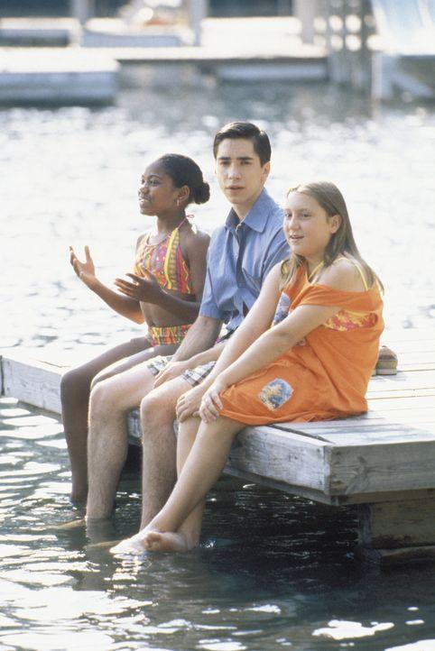 Sonst eher zurückhaltend und schüchtern, scheint sich Betreuer Donald (Justin Long, M.) zwischen seinen beiden weiblichen Schützlingen sehr wohl... - Bildquelle: Warner Brothers