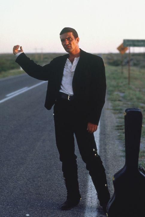 """Der mysteriöse Gitarrenspieler """"El Mariachi"""" (Antonio Banderas) zieht durchs Land, um jenen Mann zu finden, der einst seine große Liebe erschoss u... - Bildquelle: Columbia Pictures"""